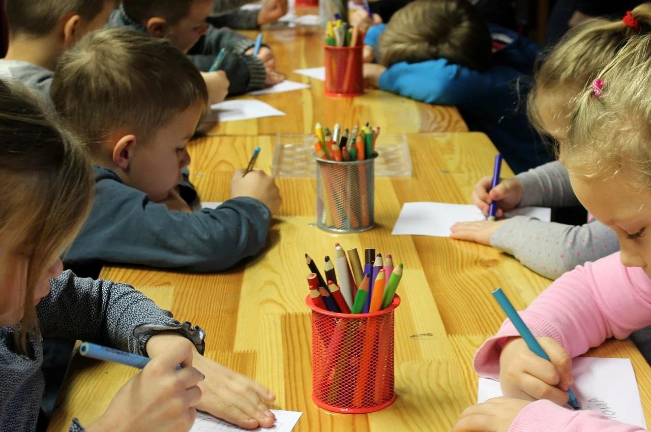 děti si kreslí