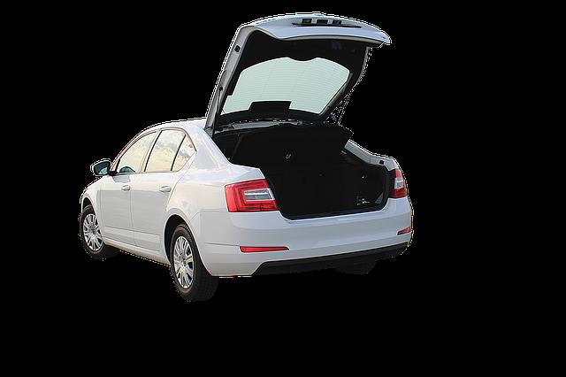 otevřený kufr auta