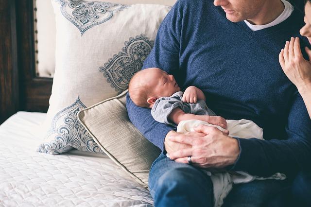 novorozeně u otce