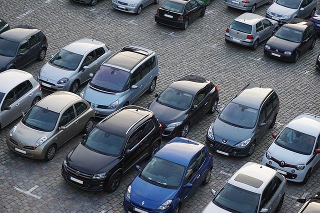 plné parkoviště