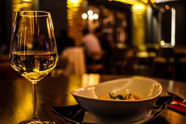 večeře a sklenka vína