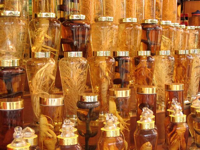 kořeny adaptogenních bylin ve sklenicích.jpg