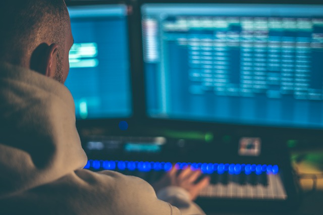 studio monitory muž